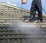 dak schoonspuiten met hogedrukspuit
